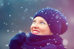 Счастливая девушка наслаждаясь снегом зимы outdoors Стоковые Фото