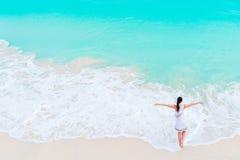 Счастливая девушка на пляже в мелководье с малыми волнами Взгляд сверху красивой девушки на seashore Стоковые Фотографии RF