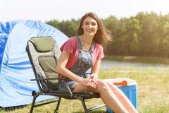 Счастливая девушка отдыхая в природе стоковое изображение rf
