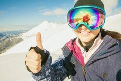 Счастливая девушка одела в изумлённых взглядах маски моды лыжи или сноуборда Стоковое Изображение RF