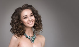 Счастливая девушка показывая ожерелье Стоковое Фото