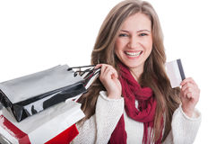 Счастливая девушка покупок держа кредитную карточку Стоковая Фотография RF