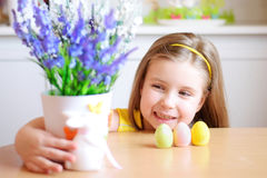 Счастливая девушка празднует пасху дома Стоковые Фотографии RF