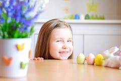 Счастливая девушка празднует пасху дома Стоковое Изображение