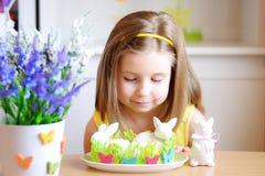 Счастливая девушка празднует пасху дома Стоковое Изображение RF