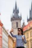 Счастливая девушка принимая предпосылке selfie известный замок в европейском городе Кавказский туристский идти вдоль дезертирован Стоковое фото RF