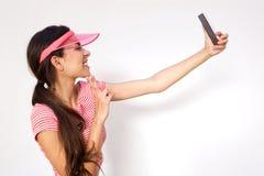 Счастливая девушка принимая Selfie с мобильным телефоном Стоковое фото RF