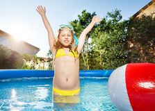 Счастливая девушка при snorkeling маска имея потеху в бассейне стоковые фото