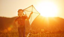 Счастливая девушка ребенка с змеем на луге в лете стоковая фотография rf