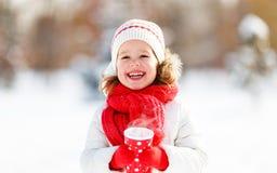 Счастливая девушка ребенка с чаем на зиме Стоковая Фотография