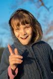 Счастливая девушка ребенк имея потеху на прогулке в парке осени Стоковые Изображения RF