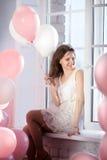 Счастливая девушка сидя на окне Стоковое фото RF