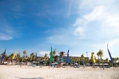 Счастливая девушка скача на песок белизны острословия пляжа Тропический остров Nusa Lembongan, Индонезия Стоковые Изображения RF