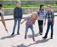 Счастливая девушка скача пока игра веревочки скачки Стоковое Изображение