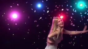 Счастливая девушка смешные танцы против светов диско движение медленное акции видеоматериалы