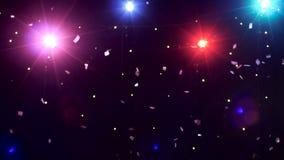 Счастливая девушка смешные танцы против confetti яркого блеска светов диско видеоматериал