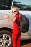 Счастливая девушка стоя около автомобиля стоковое фото
