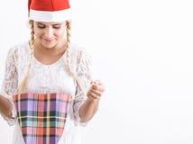 Счастливая девушка с ее подарком на рождество стоковое фото rf
