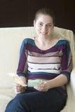 Счастливая девушка с деньгами в руках Стоковое Изображение