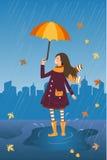 Счастливая девушка с зонтиком на ненастной предпосылке города Идите дождь и усмехаясь девушка с зонтиком и котом в карманн пальто Стоковые Изображения RF