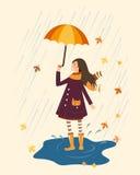 Счастливая девушка с зонтиком на ненастной предпосылке Дождь и усмехаясь девушка с зонтиком Стоковые Фотографии RF
