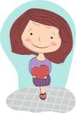 Счастливая девушка с коричневыми волосами отжимает к себе большое сердце Стоковые Фотографии RF