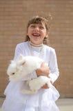 Счастливая девушка с кроликом любимчика Стоковое фото RF