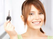 Счастливая девушка с ключом автомобиля Стоковые Изображения
