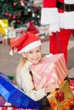 Счастливая девушка с подарками на рождество Стоковые Изображения RF