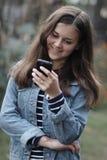 Счастливая девушка с телефоном стоковое изображение rf