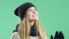 Счастливая девушка слушая к музыке на зиме наушников в зиме видеоматериал
