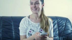 Счастливая девушка слушая к музыке с наушниками от умного телефона видеоматериал