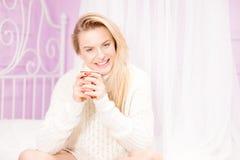 Счастливая девушка с чашкой чаю стоковое изображение rf