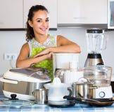 Счастливая девушка с blender и kitchenware Стоковое Изображение RF