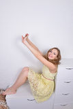 Счастливая девушка усаживание портрета стоковые изображения rf
