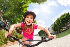 Счастливая девушка preteen ехать ее велосипед на парке лета Стоковые Изображения