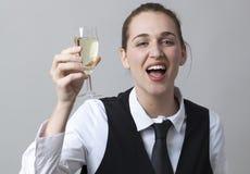 Счастливая девушка 20s выпивая слишком много шипучего напитк вина на партии для того чтобы отпраздновать успех Стоковое фото RF