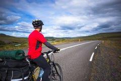 Счастливая езда велосипедиста на дороге в Исландии Изображение перемещения и спорта Стоковое фото RF