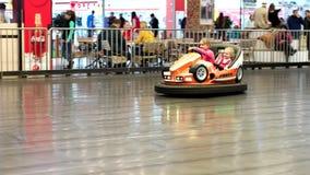 Счастливая езда детей на машине детей