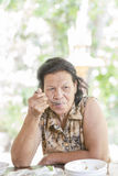 Счастливая еда пожилой женщины Стоковые Фотографии RF