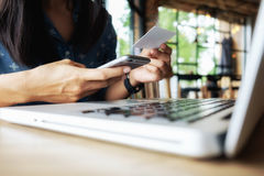 Счастливая женщина Азии делая ходить по магазинам онлайн и покупки компьтер-книжки пользы Стоковые Изображения RF