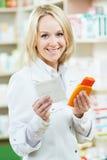 Счастливая женщина аптекаря в магазине фармации Стоковое фото RF
