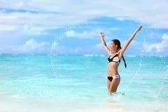 Счастливая женщина бикини имея заплывание потехи в океане Стоковая Фотография