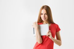 Счастливая женщина брюнет держа в касания пальца компьютера одного сенсорной панели таблетки руки экране и усмехаться электронног Стоковая Фотография
