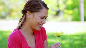 Счастливая женщина брюнет держа желтый цветок видеоматериал