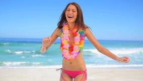 Счастливая женщина брюнет нося гаваиское ожерелье сток-видео