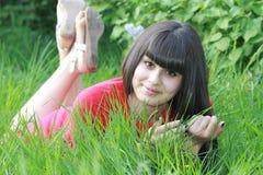 Счастливая женщина брюнет ослабляя на природе Стоковая Фотография RF