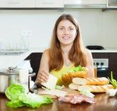 Счастливая женщина варя сандвичи Стоковые Изображения RF