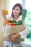 Счастливая женщина варя салат овощей зеленый Стоковая Фотография