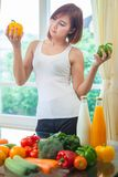 Счастливая женщина варя салат овощей зеленый Стоковое Изображение RF